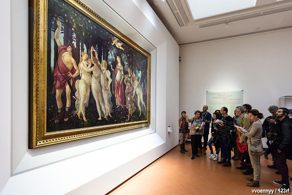 Visitatori agli Uffizi davanti alla Primavera di Botticelli
