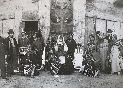 Un gruppo di nativi americani Kwakwaka'wakw presentano su richiesta di Franz Boas i loro abbigliamenti, le loro abitazioni e le loro abitudini di vita al World's Columbian Exposition di Chicago, nel 1893.