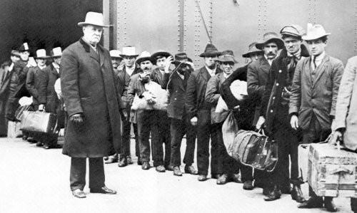 Emigranti italiani sbarcano a Ellis Island, negli Stati Uniti, nel 1911.